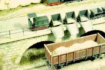 Ladevorgang Feldbahn auf Güterwagen mit Kipploren Spur Nf